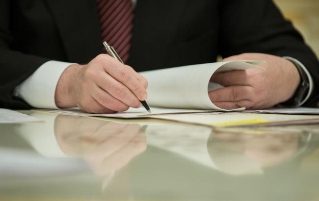 Фото: подписание закона (пресс-служба АПУ)