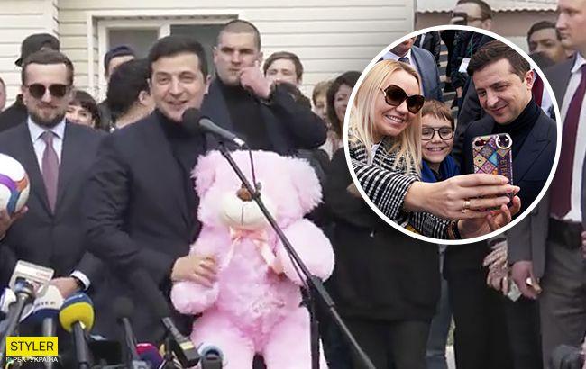 Появилось видео, как Зеленский задаривал подарками людей в Новых Санжарах