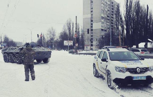 В Киеве из-за снегопада задействовали БТР