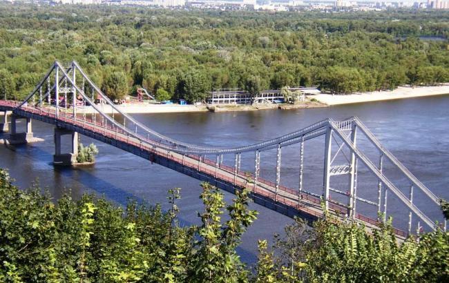 Фото: Пешеходный мост в Киеве (business.ua)