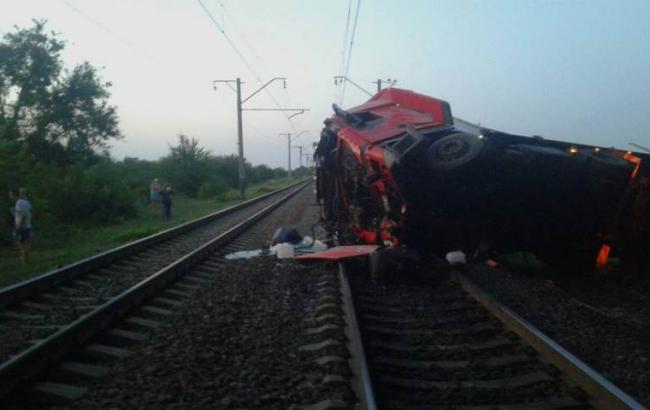 У Дніпропетровській області фура впала з моста на залізничні колії