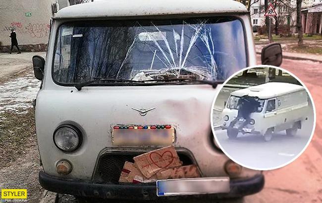 """Автомобиль """"Укрпочты"""" сбил пешехода: в сети появилось видео инцидента"""