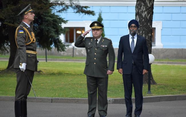 Полторак обговорив з міністром оборони Канади введення миротворчої місії на Донбас