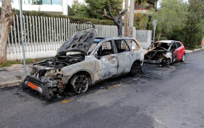Фото: сгоревшие авто возле украинского посольства в Греции (twitter.com/amna_newseng)