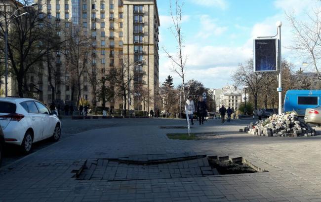Посреди Киева провалился под землю тротуар