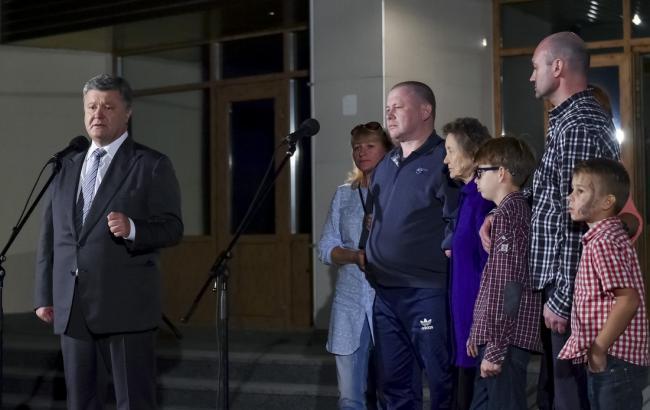 Фото: Петр Порошенко на встрече с освобожденными украинцами