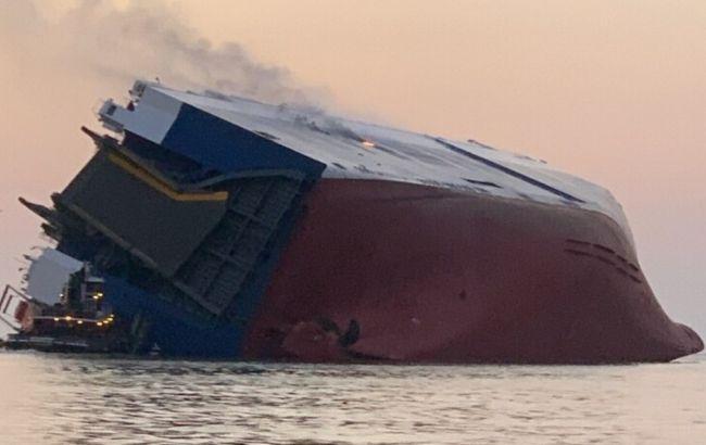 У США перекинулося вантажне судно