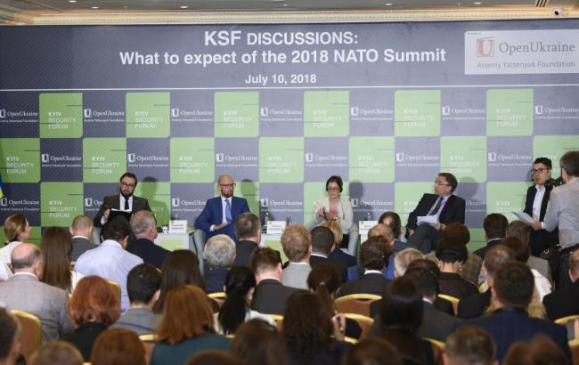 Яценюк просит предоставить Украине статус партнера НАТО с расширенными возможностями