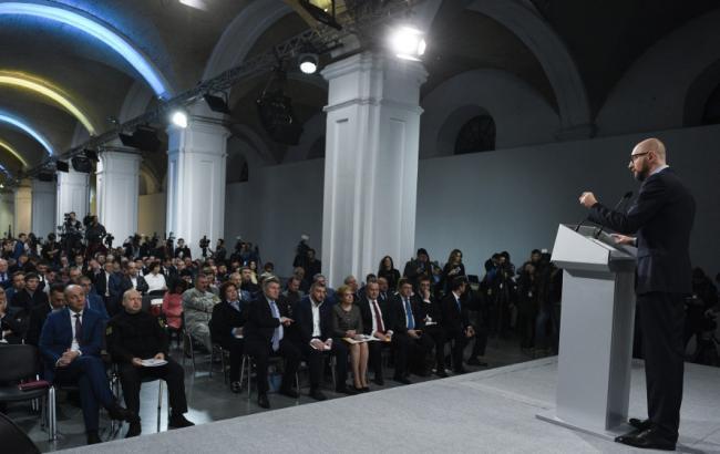 """Фото: Яценюк на съезде """"Народного фронта"""" 11 ноября (nfront.org.ua)"""