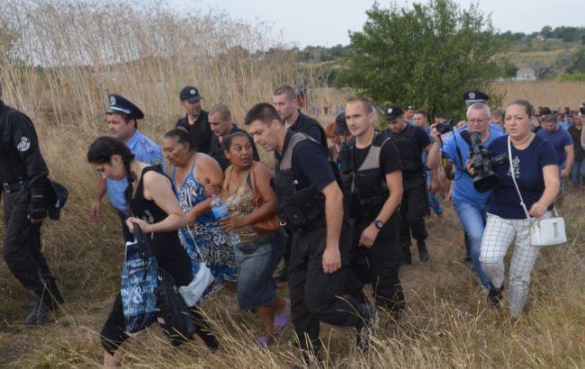 Фото: виведення ромів поліцією з Лощинівки