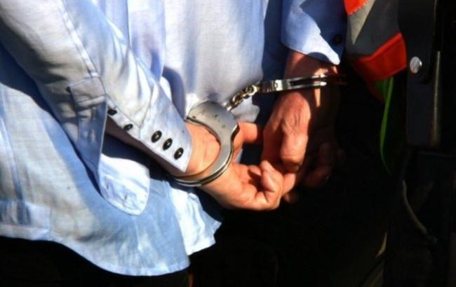 Фото: На мужчину надели наручники (ru.sputnik-tj.com)