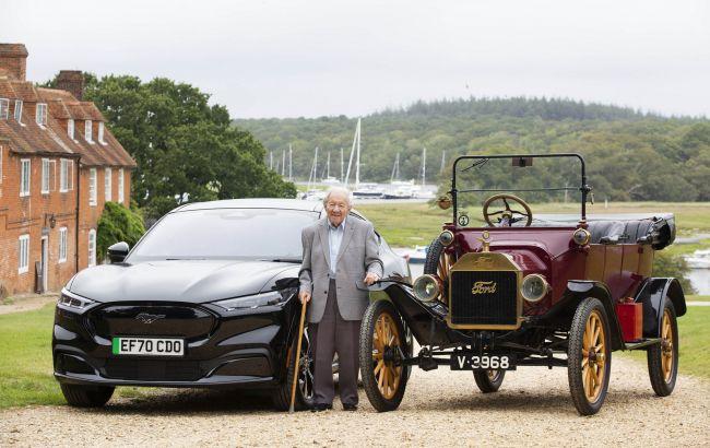 Ford подарил новый электромобиль своему верному 101-летнему поклоннику