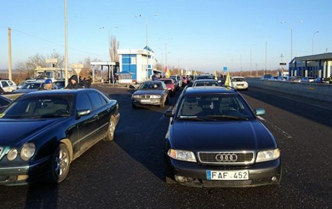 Протестующие блокируют въезды встолицу Украины, Житомирская дорога окутана дымом отшин