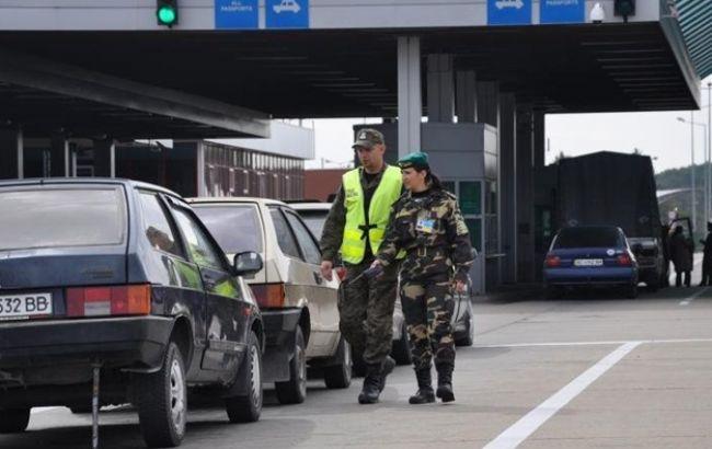 Чоловіка з львівськими стародруками затримали на кордоні з Польщею