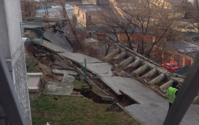 У Києві обвалився фасад житлового будинку