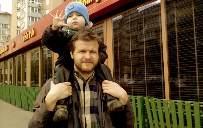 Фото: Артем Чапай воспитывает двух сыновей - Устима и Омеляна (fathersclub.com.ua)