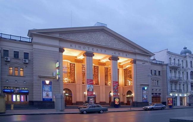 У кинотеатра в центре Киева нашли боеспособный снаряд
