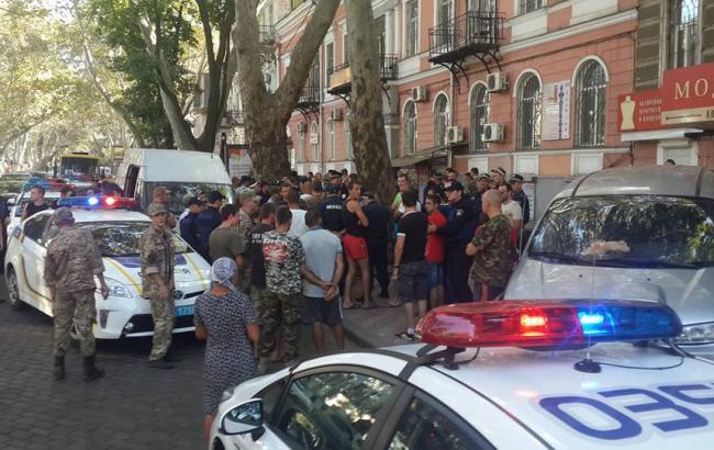 """Фото: поліція заблокувала мікроавтобус активістів """"Автомайдану"""""""