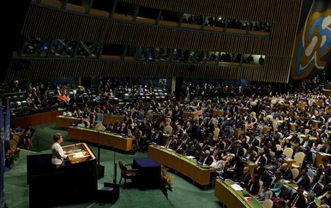 Фото: в залі Генасамблеї ООН проходить церемонія підписання Паризької угоди
