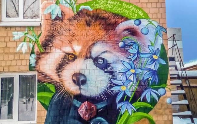 В Киеве появилась красная панда: художник к 8 марта украсил фасад столичного здания (фото)
