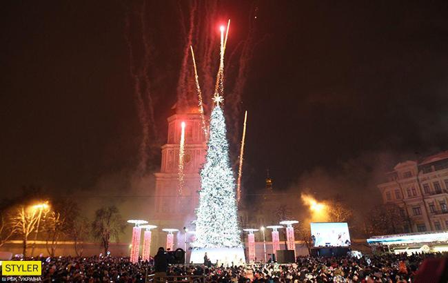На Софийской площади Киева зажгли главную елку Украины (фото, видео)
