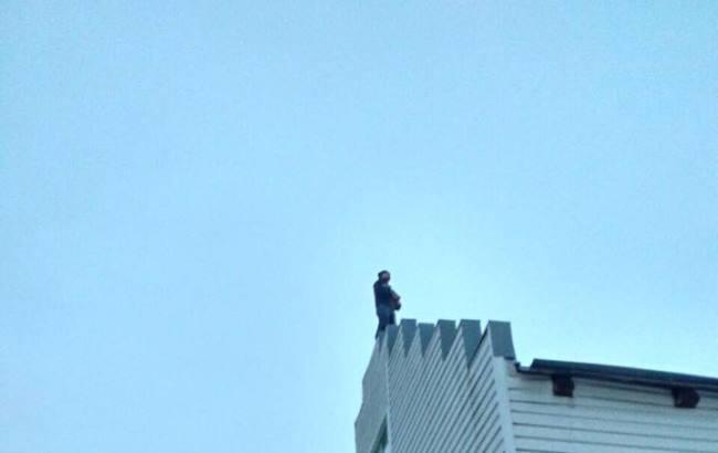 Под Киевом спасли жизнь мужчине, который хотел прыгнуть с крыши (фото)