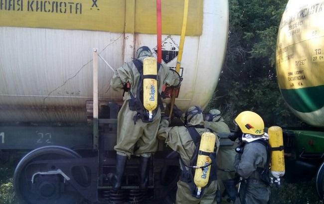 Фото: спасатели наложили бандаж и ликвидировали подтекание