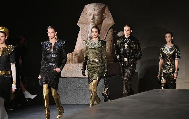 """Египетское царство: в Нью-Йорке прошел """"золотой"""" показ Chanel"""