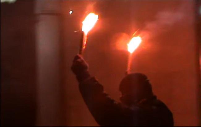 Фото: активісти трощили авто і палили фаєри