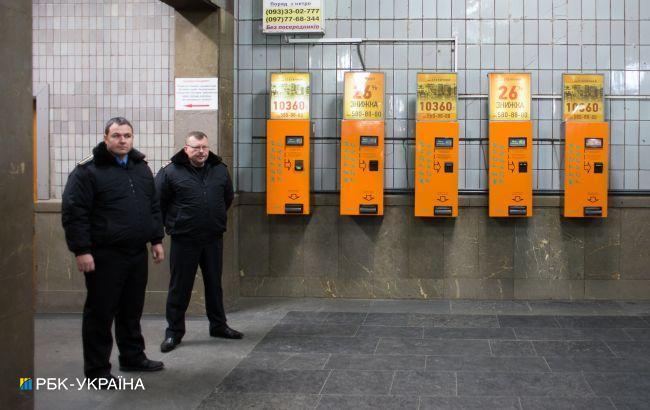 В метро Киева мужчина напал на полицейского из-за замечания о маске