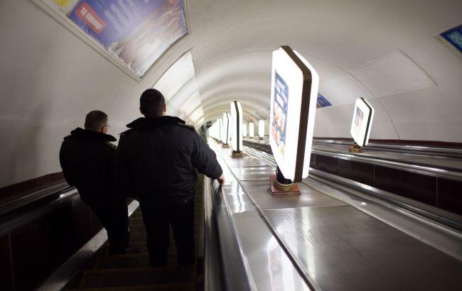 У метро Києва чоловіка застукали за забороненим заняттям: деградація повна (відео)