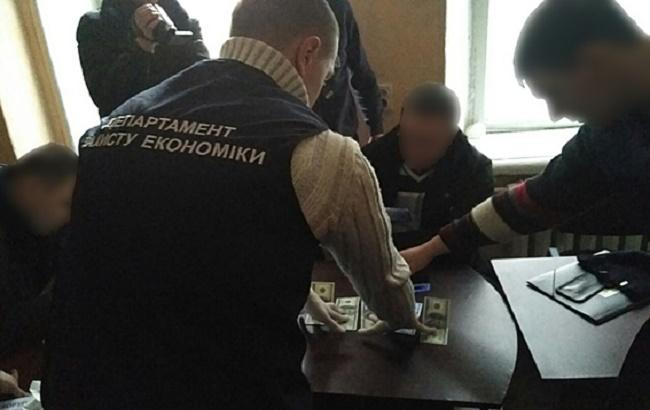 В Сумской области начальника отдела исполнительной службы задержали на взятке