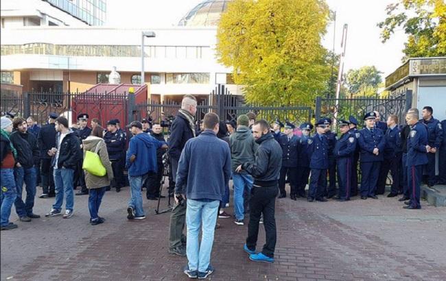 Фото: активісти під апеляційним судом у Києві