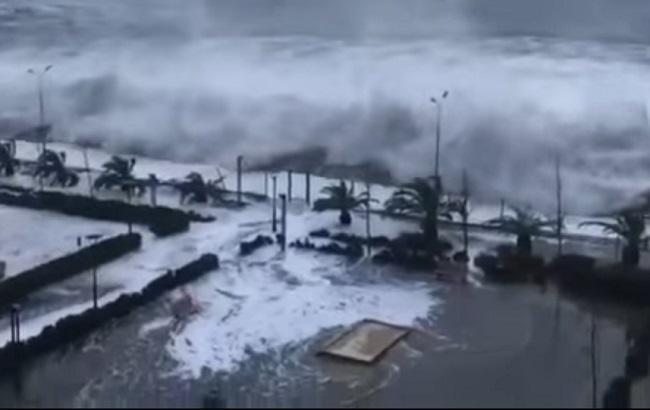 Шторм в Сочи: морские волны затопили первые этажи отелей