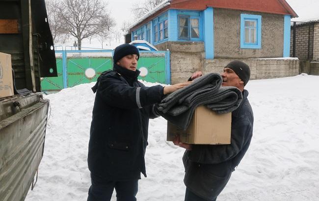 Фото: выдача гуманитарной помощи жителям Авдеевки