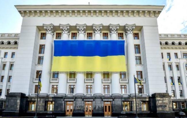 Окна кабинета Порошенко в АП закрыли огромным флагом