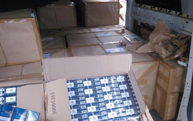 Фото: задержан заполненный сигаретами микроавтобус с дипномерами