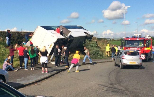 Фото: в Шотландии перевернулся автобус с болельщиками