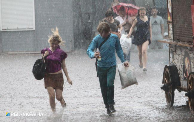 В Одессе сильный ливень затопил улицы: видео последствий непогоды