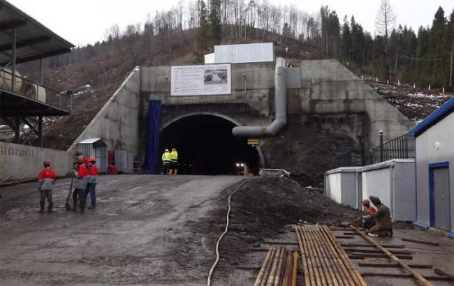 Строители «Укрзализныци» через скалы «прорубили» железнодорожный тоннель вЕвропу