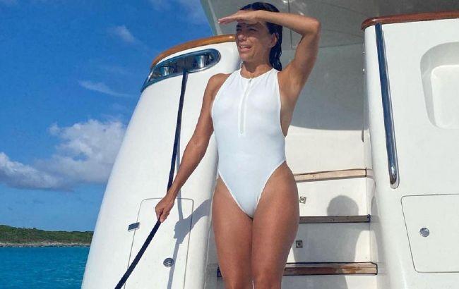 Идеальная: 46-летняя Ева Лонгория похвасталась спортивной фигурой в купальнике
