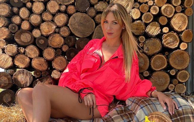 Стильная ковбойша: Леся Никитюк в джинсах с бахромой подружилась с конем в Карпатах
