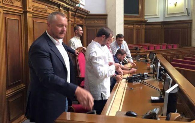 Фото: нардепи від партії Ляшка заблокували трибуну Ради
