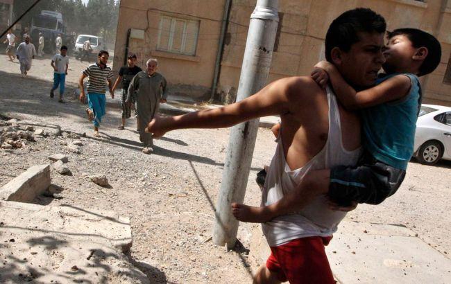 Фото: в Сирии люди бегут в укрытие после налета авиации