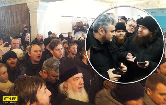 Священники УПЦ МП разом з титушками зірвали збори громади щодо переходу в ПЦУ (відео)