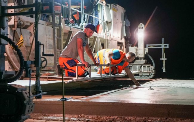 """В рамках """"Великого будівництва"""" ремонтують трасу Кропивницький - Миколаїв, роботи йдуть цілодобово"""