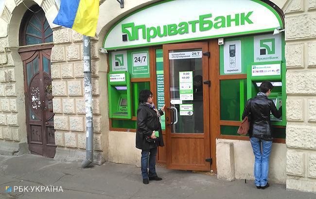 """Фото: вход в отделение """"ПриватБанка"""" (Леонид Лукашенко, РБК-Украина)"""
