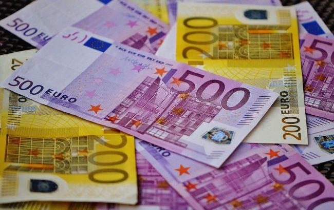 Курс евро упал до минимума за месяц