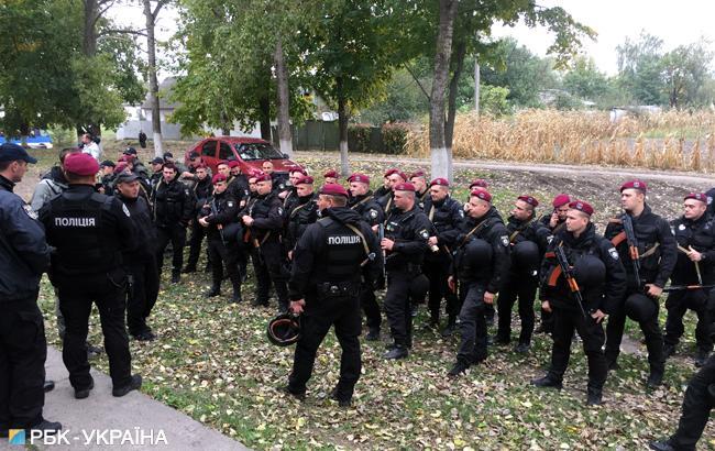 Фото: правоохоронці у районі вибухів у Чернігівській області (РБК-Україна)