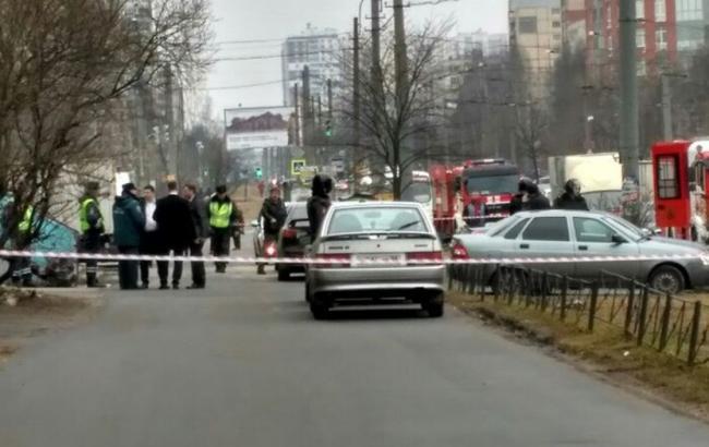 Фото: полиция провела спецоперацию в одном из жилых домов Санкт-Петербурга